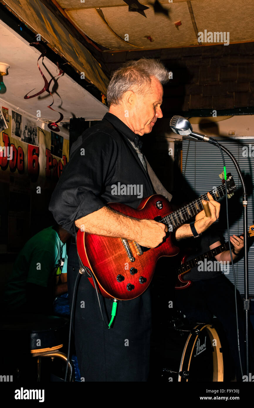 Preston Rumbaugh lead singer in his band playing in a Mississippi Juke joint in Clarksdale, birthplace of Blues - Stock Image