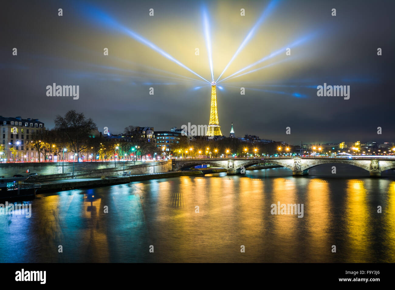 The Eiffel Tower and Seine at night, in Paris, France. - Stock Image