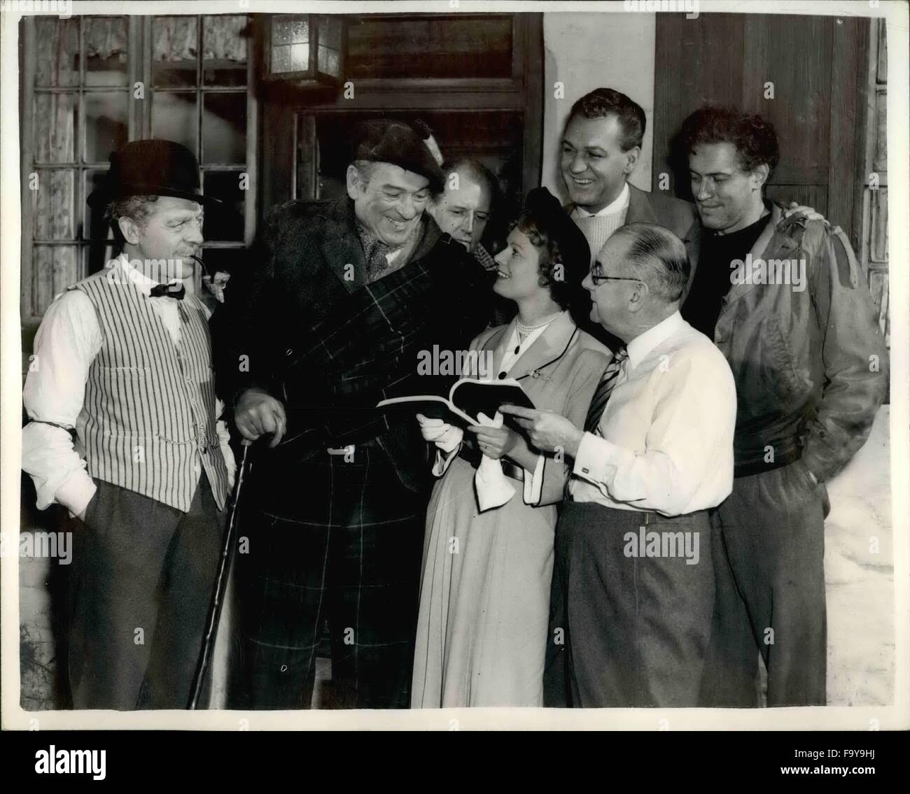 1954 - Filming ''Trouble In The Glen'' At Elstreet Studying The Script: The shooting of the indoor - Stock Image