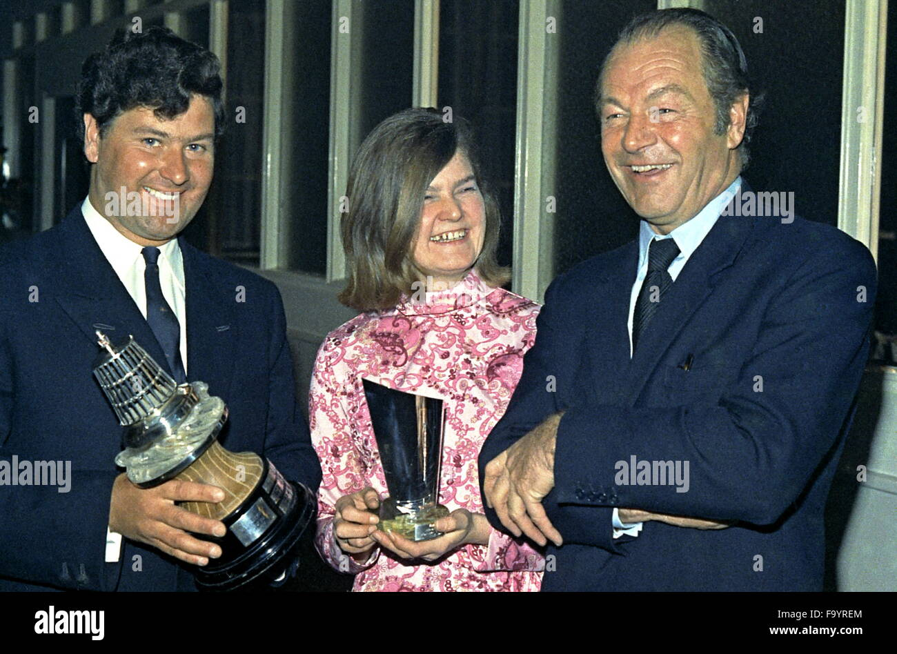 AJAXNETPHOTO. 4TH JANUARY, 1972. LONDON, ENGLAND. - YACHTSPERSONS OF THE YEAR. - (L-R) WRONG-WAY-ROUND SAILOR CHAY Stock Photo