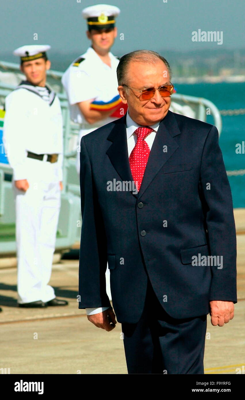 AJAXNETPHOTO. 9TH SEPT, 2004. PORTSMOUTH,ENGLAND.- ROMANIAN PRESIDENT - ION ILIESCU INSPECTS ROMANIAN SAILORS AT - Stock Image