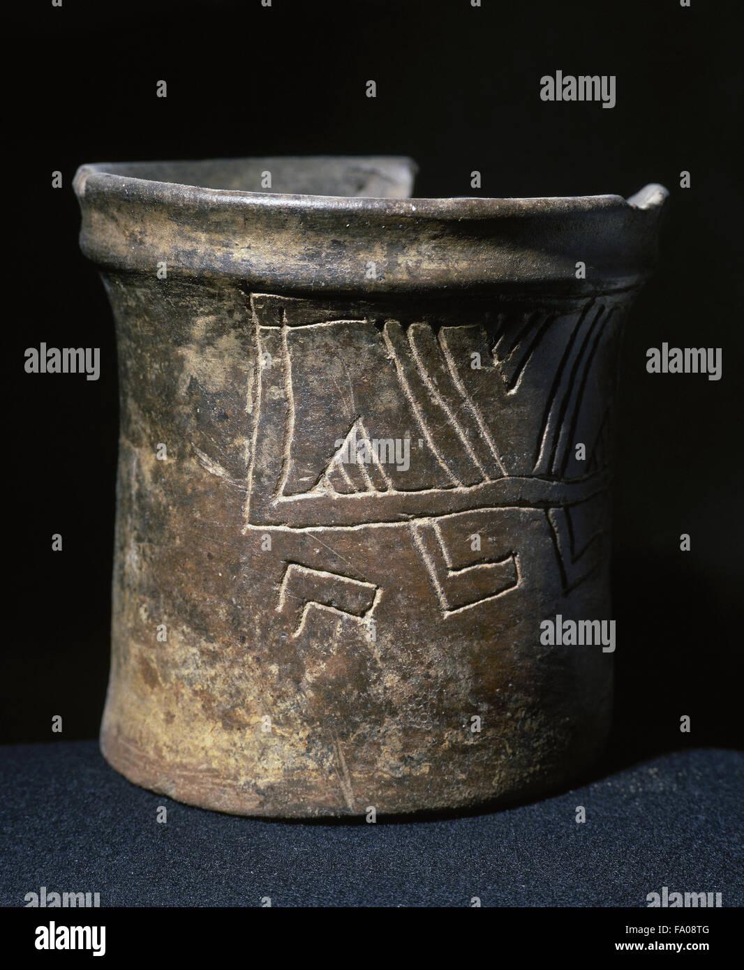 Pre-Colombian art. Mesoamerican. Ceramic vessel. Geometric decoration. 12 x 13 cm (diameter). From Mesoamerica. - Stock Image