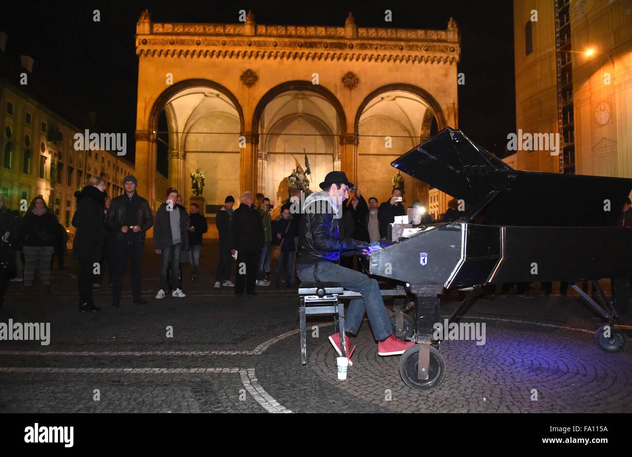 Munich, Germany. 18th Dec, 2015. Street musician David Martello performs at night at the Odeonsplatz square in Munich, Stock Photo