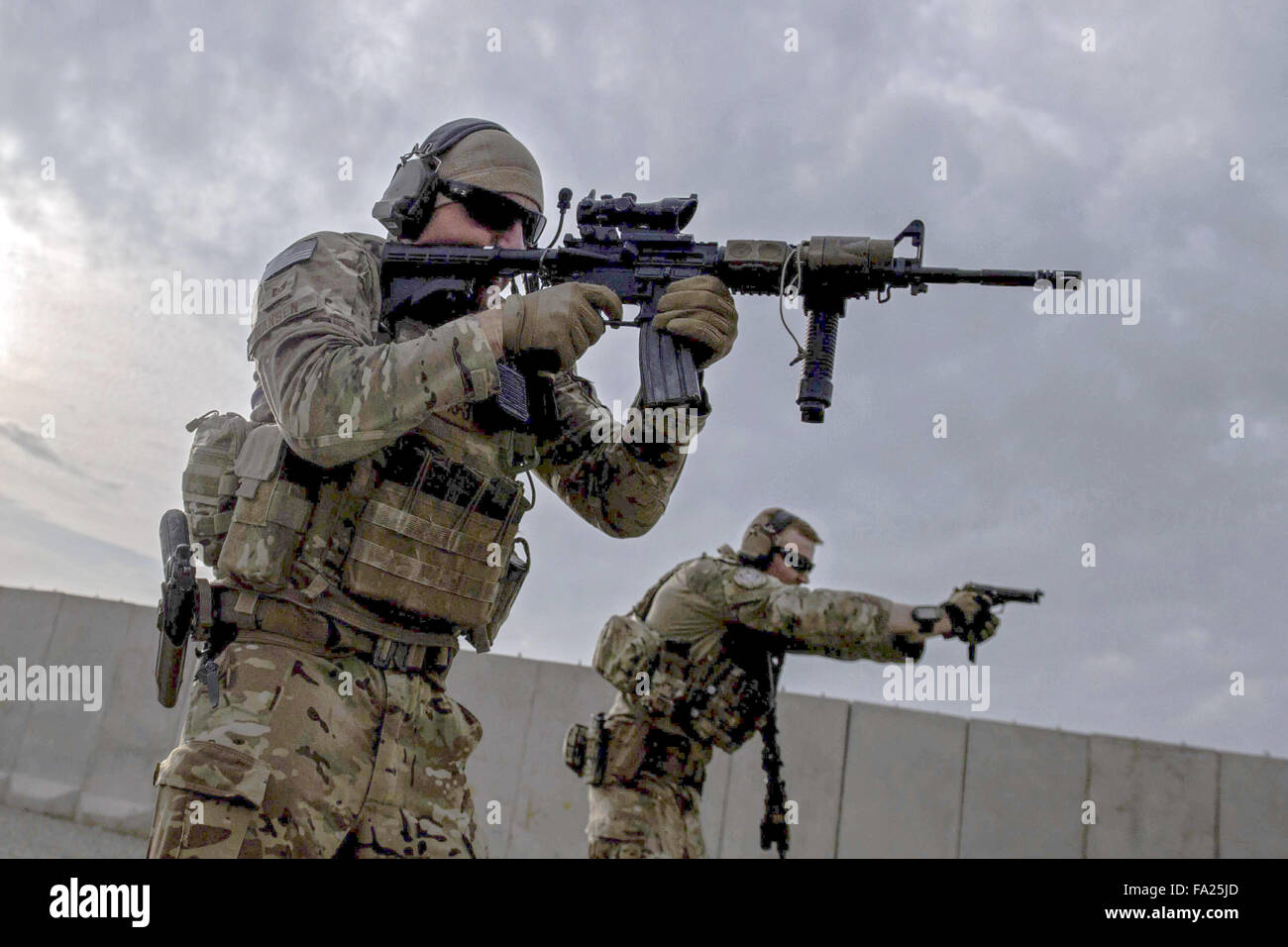U.S. service members zero-in their weapons at a range - Stock Image