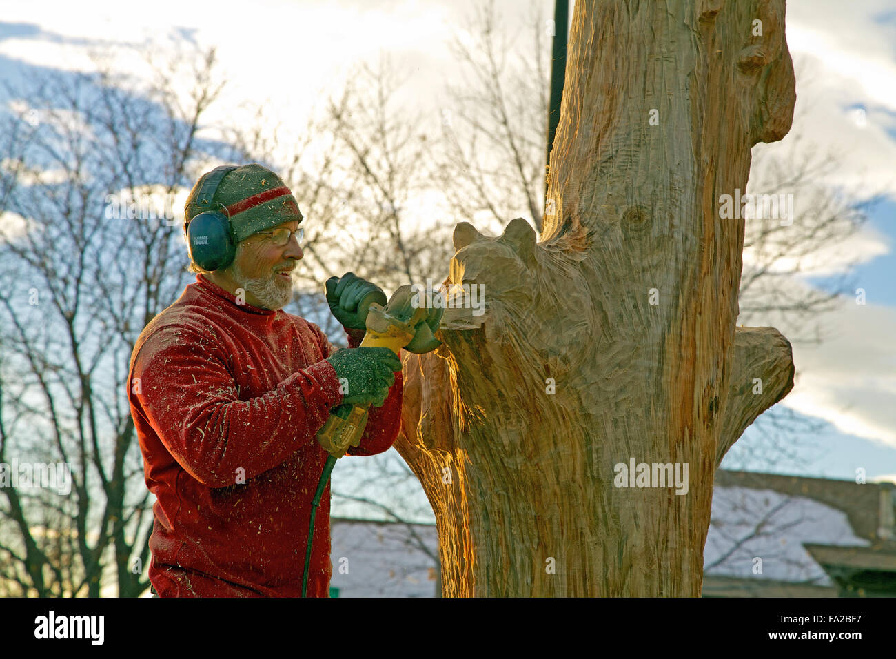Wood carver using an angle grinder - Stock Image