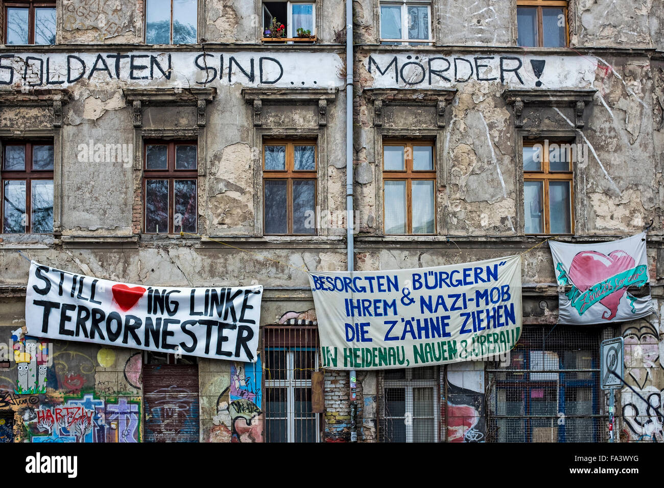 Berlin, Mitte, Linien strasse. Decrepit, dilapitadated, graffitti-covered building occupied by squatters - Stock Image