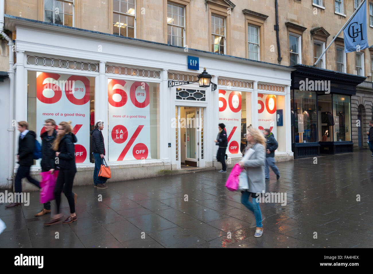 Bath, Somerset, UK. 21st December 2015. Several retail outlets such as GAP have sales on as shoppers finish their - Stock Image