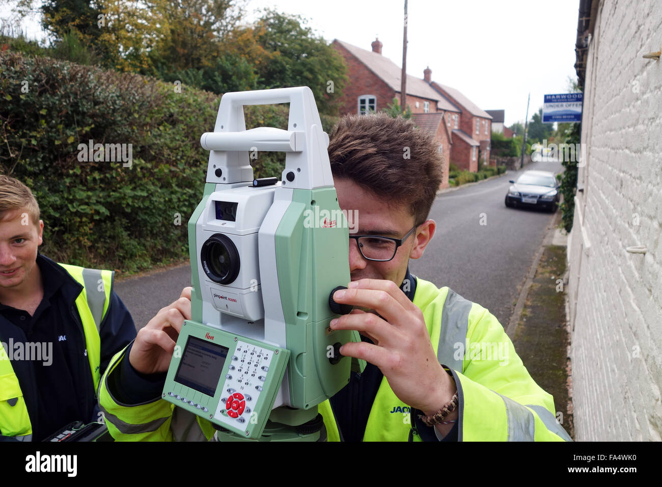 Surveyor using Leica pinpoint R1000 Optical Survey Equipment Uk - Stock Image