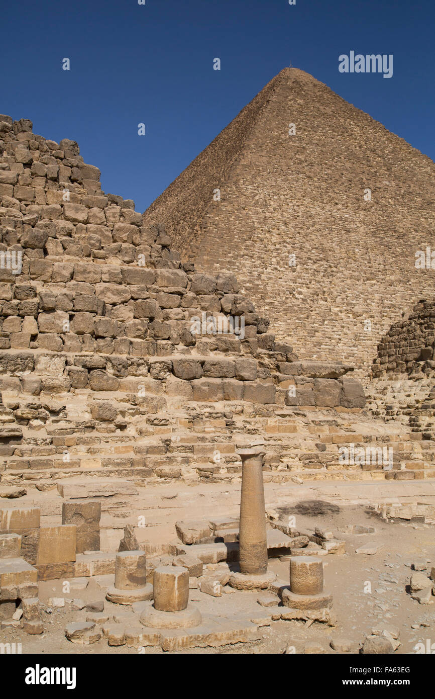 Queen's Pyramids and Eastern Cemetery (foreground), Great Pyramid of Cheops (background), The Giza Pyramids, - Stock Image