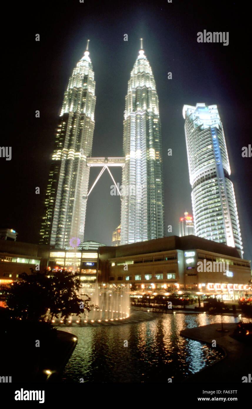 Malaysia, Kuala Lumpur, Kampong Baharu, night time view of the sky bridge linking the two Petronas Towers - Stock Image