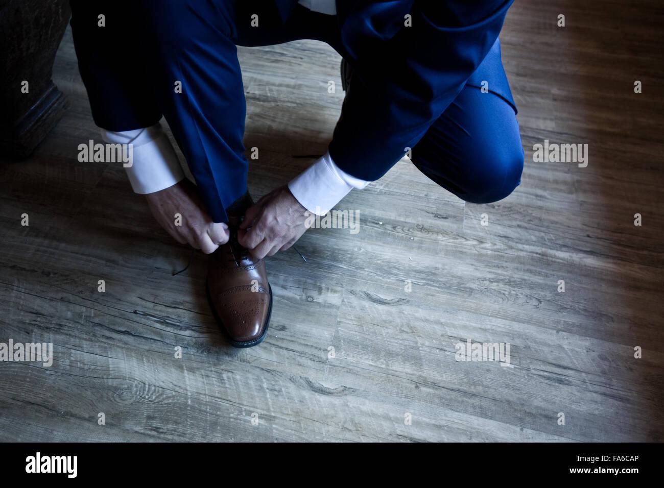 Man tying his shoelaces - Stock Image