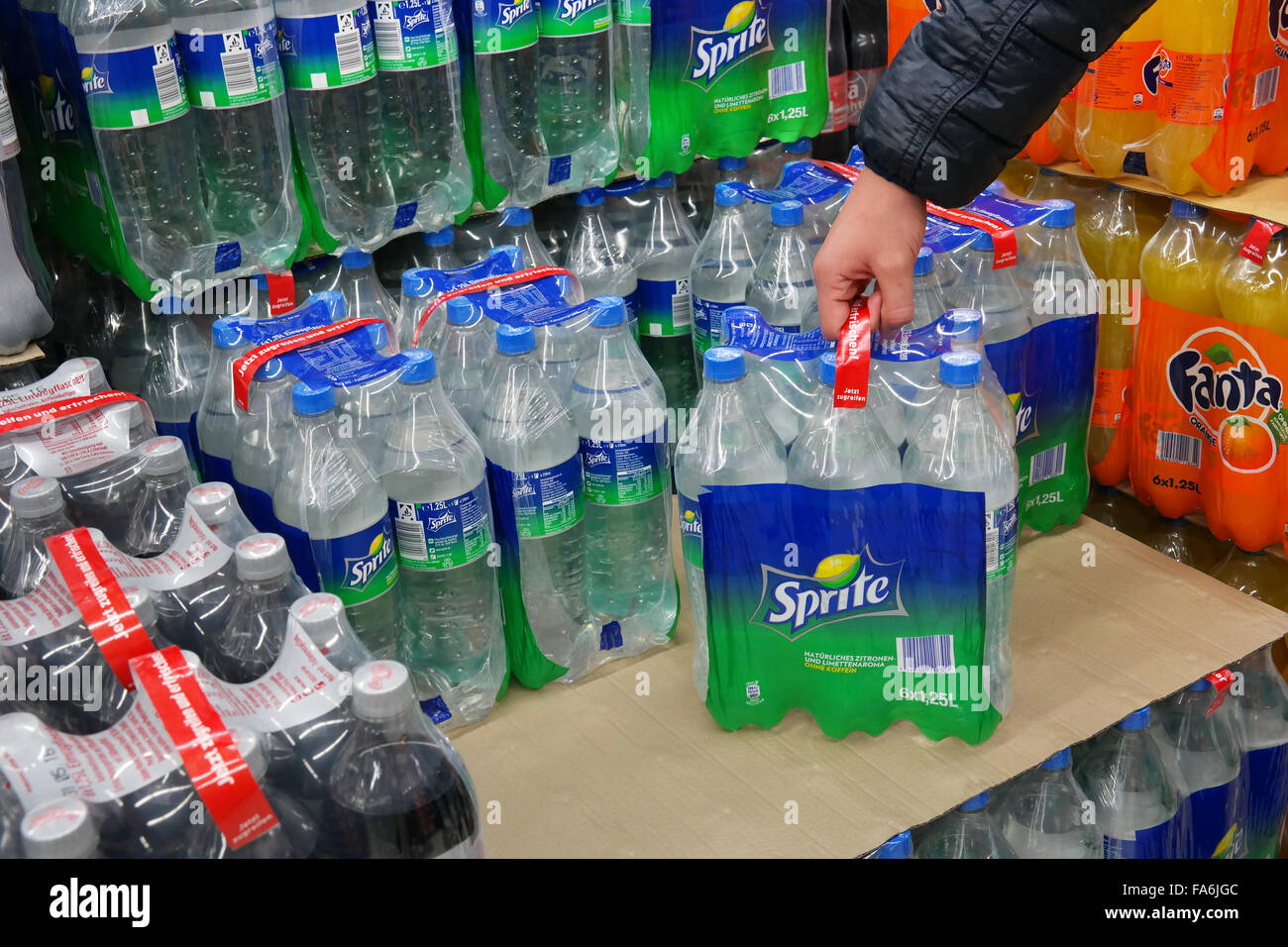 Sprite sixpack in a Supermarket - Stock Image