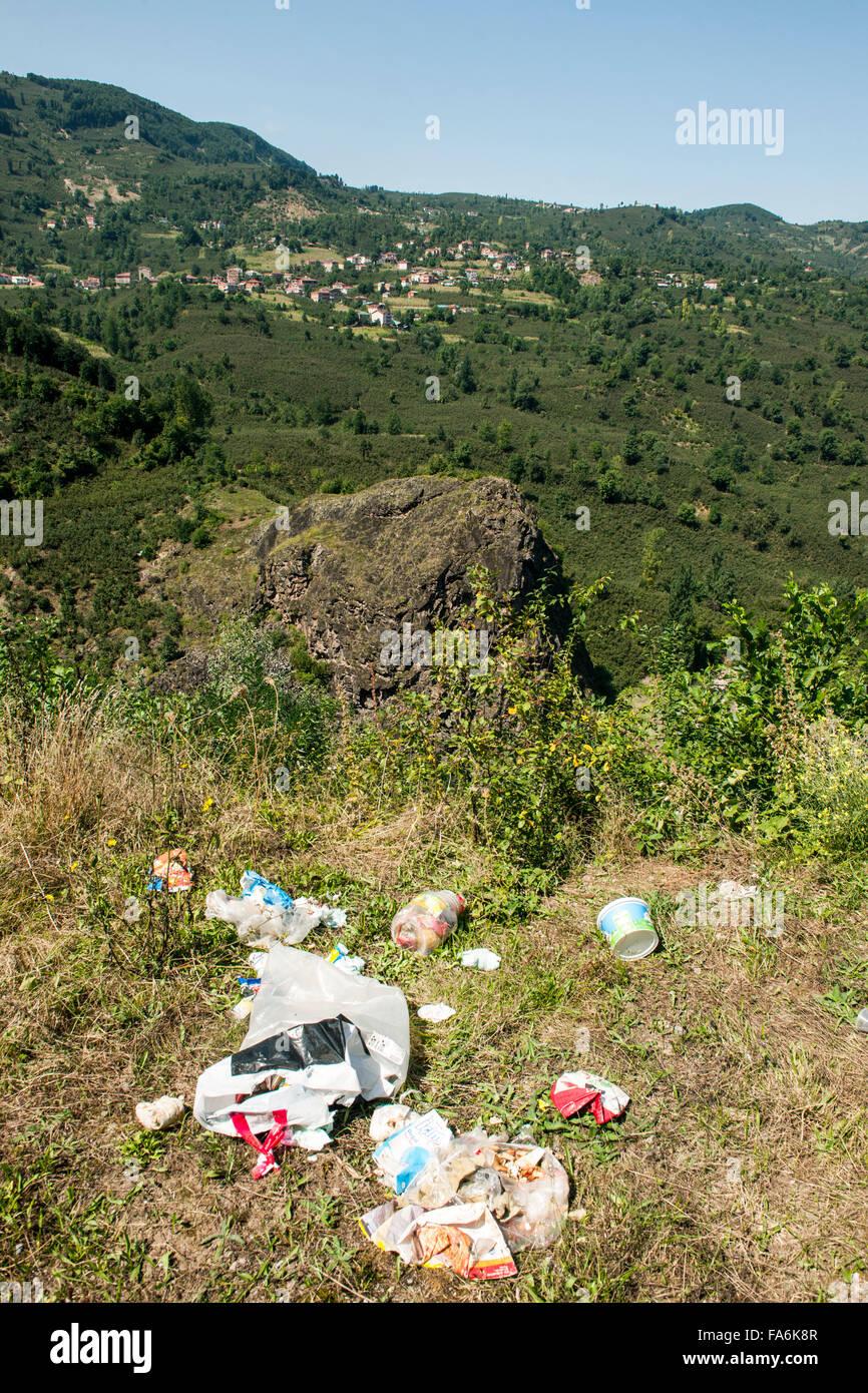 Türkei, westliche Schwarzmeeküste, Provinz Ordu, Landschaft mit Müll verschmuzt an der Strasse von - Stock Image