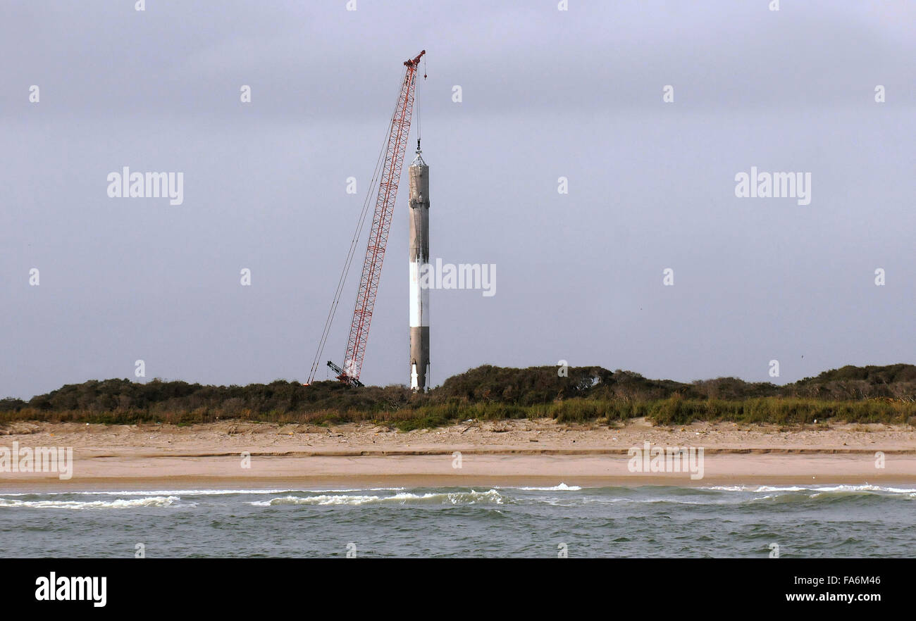 Cape Canaveral, Florida, USA. 22nd December, 2015. A crane is seen lifting the first stage of a SpaceX Falcon 9 - Stock Image