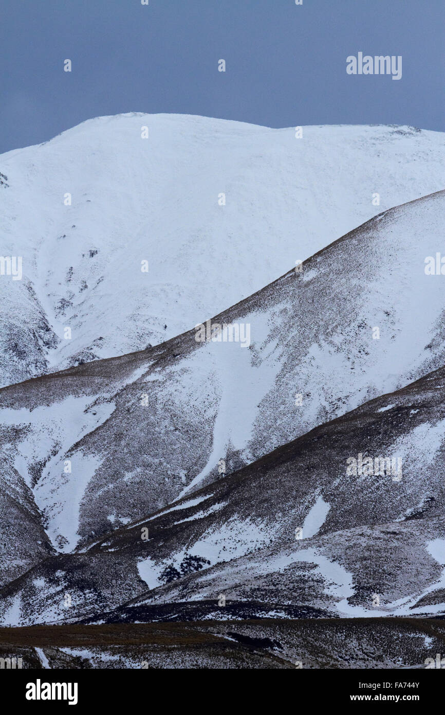 Snow on Kakanui Mountains in winter, Kyeburn, near Ranfurly, Maniototo, Central Otago, South Island, New Zealand - Stock Image