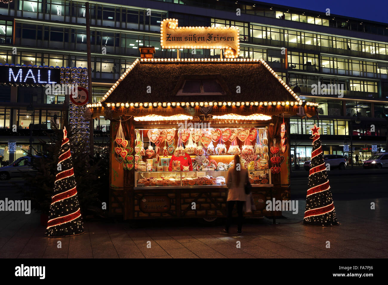 A stall selling gingerbread hearts at the City Weihnachtsmarkt am Gedachtniskirche Christmas market on Ku'damm - Stock Image