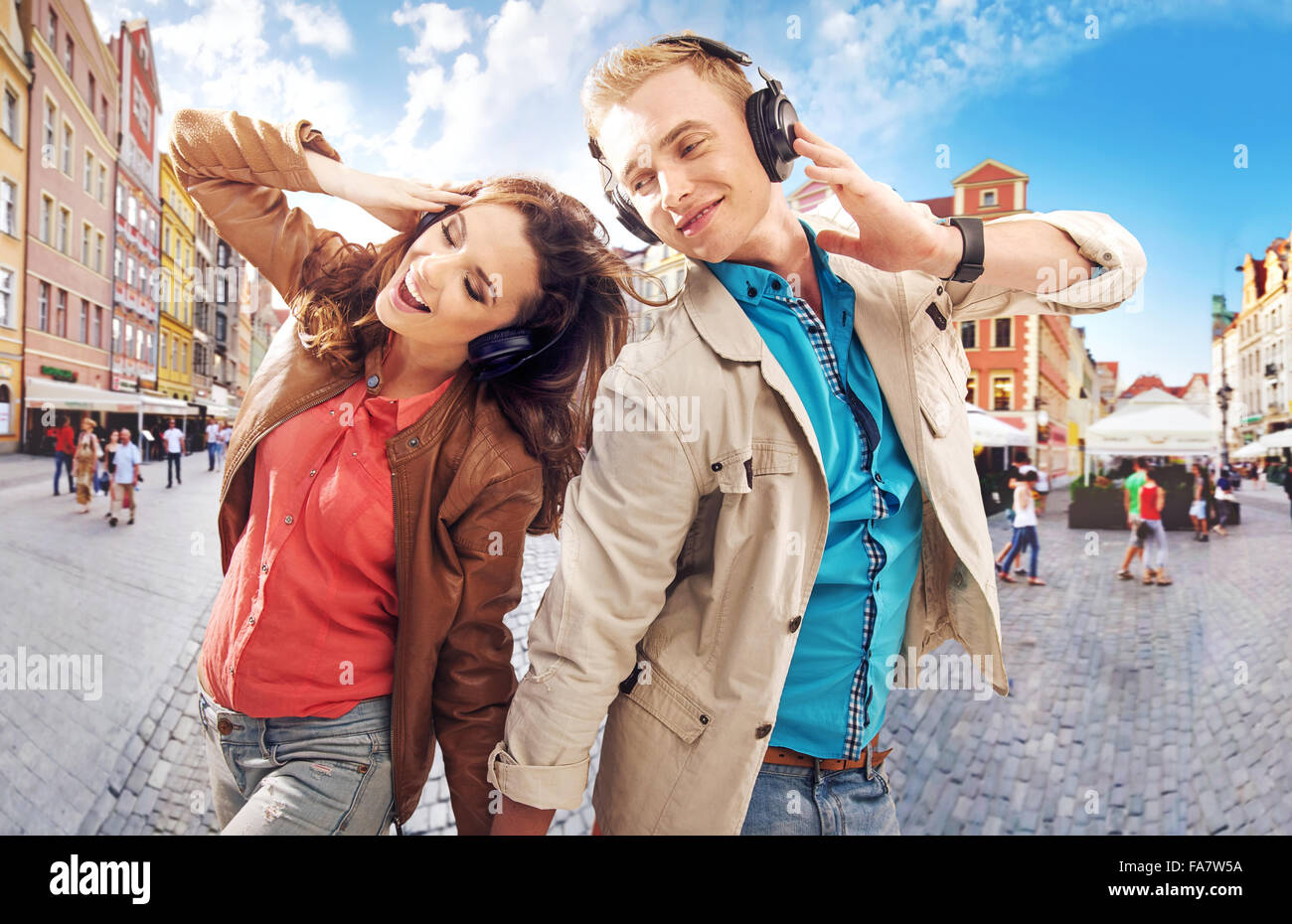 Cheerful couple dancing in the downtown - Stock Image