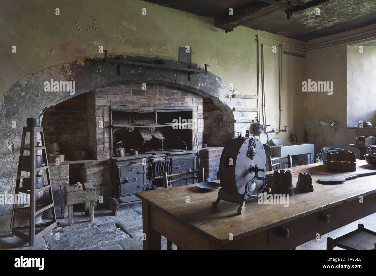 The Range In The Old Kitchen At Chastleton House, Oxfordshire. The Kitchen  Has Remained Unmodernised Since The Seventeenth Century Apart From The Range  ...