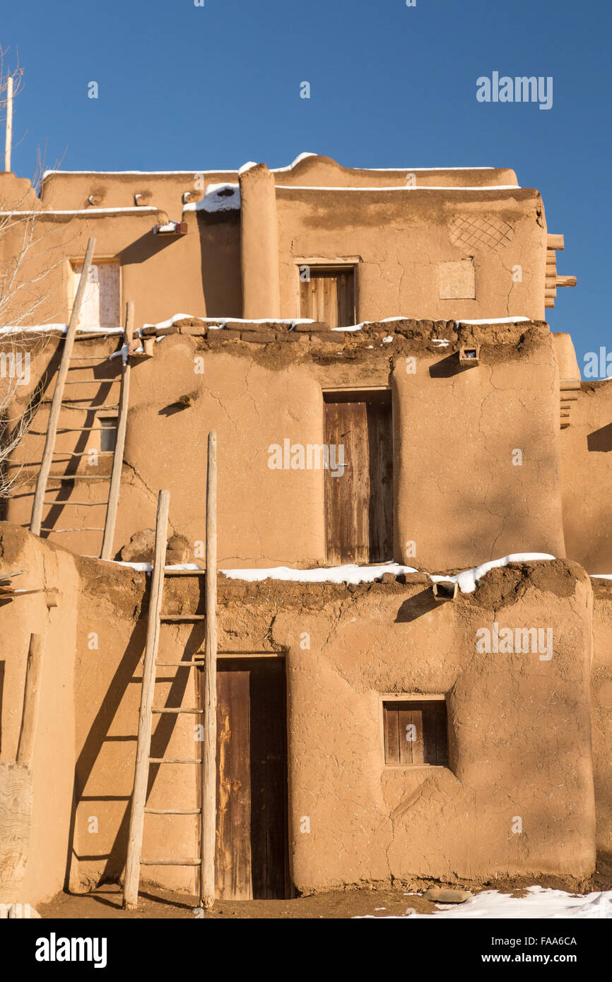 Ancient adobe homes in the ancient native american taos - Casas en pueblos ...