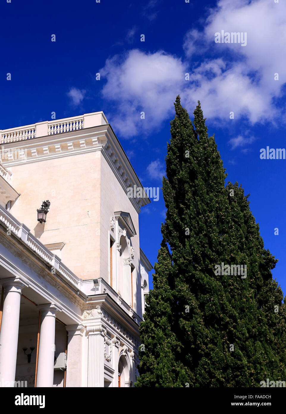 Wall of white classical building with marble columns - Stock Image