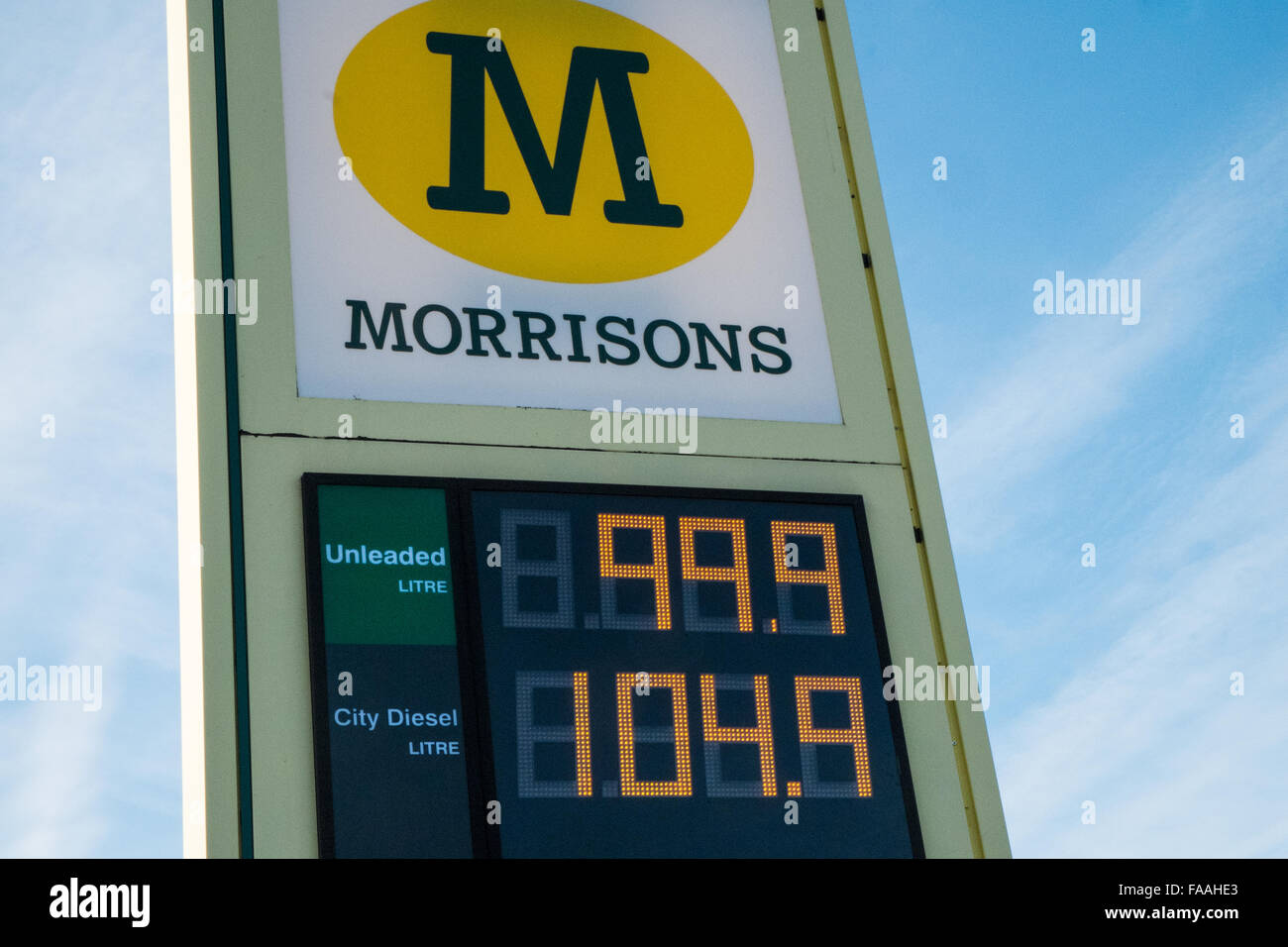 Carmarthen, Wales, UK. 11th December, 2015. Vehicles queue to fill up at Morrisons petrol station after price reduction - Stock Image