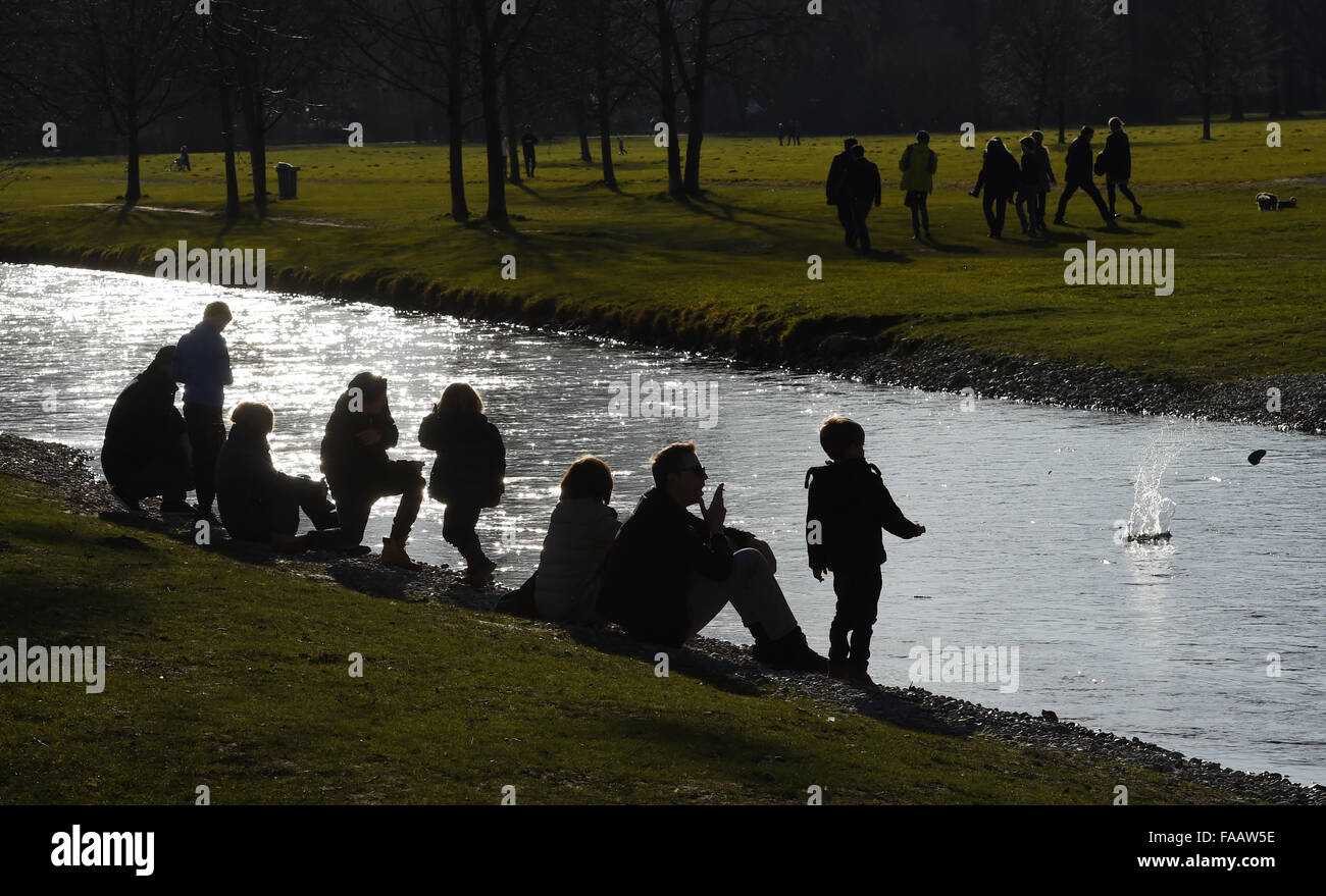 Munich, Germany. 25th Dec, 2015. Children play on the embankment of the Eisbach river in the 'Englische Garten' - Stock Image