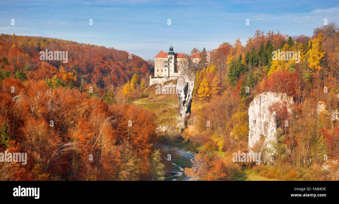 Pieskowa Skala - castle and Hercules Club Rock, National Park near Cracow, Poland - Stock Image