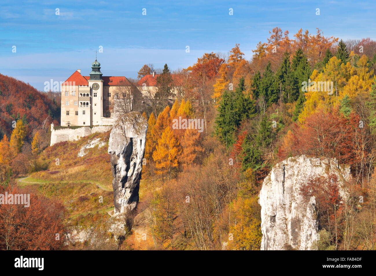 Pieskowa Skala - castle and Hercules Club Rock, National Park near Cracow, Poland - Stock Image