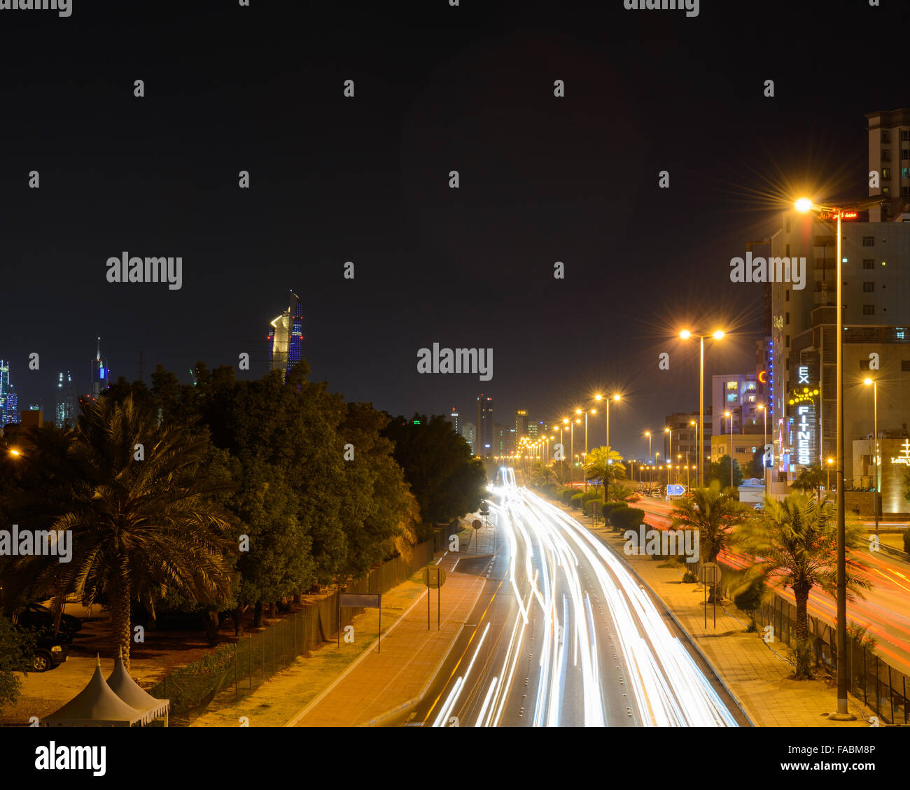 Night traffic on the Fahaheel Expressway (Road 30) heading in and out of Kuwait City - Stock Image