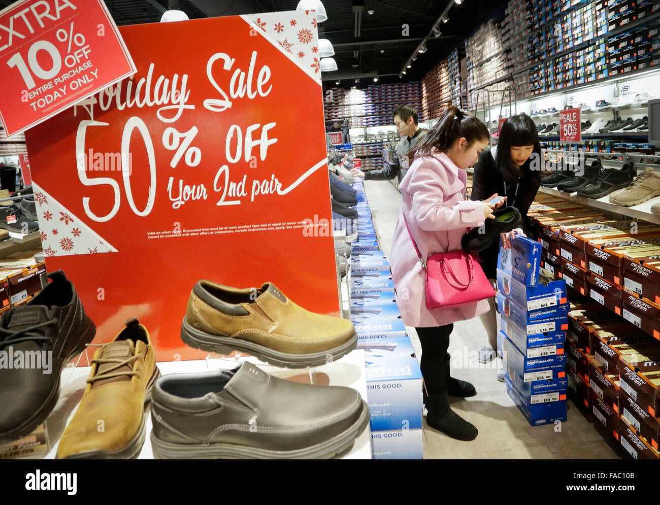 Vancouver, Canada. 26th Dec, 2015. Residents shop for bargain goods inside a store during Boxing Day sales in Vancouver, - Stock Image