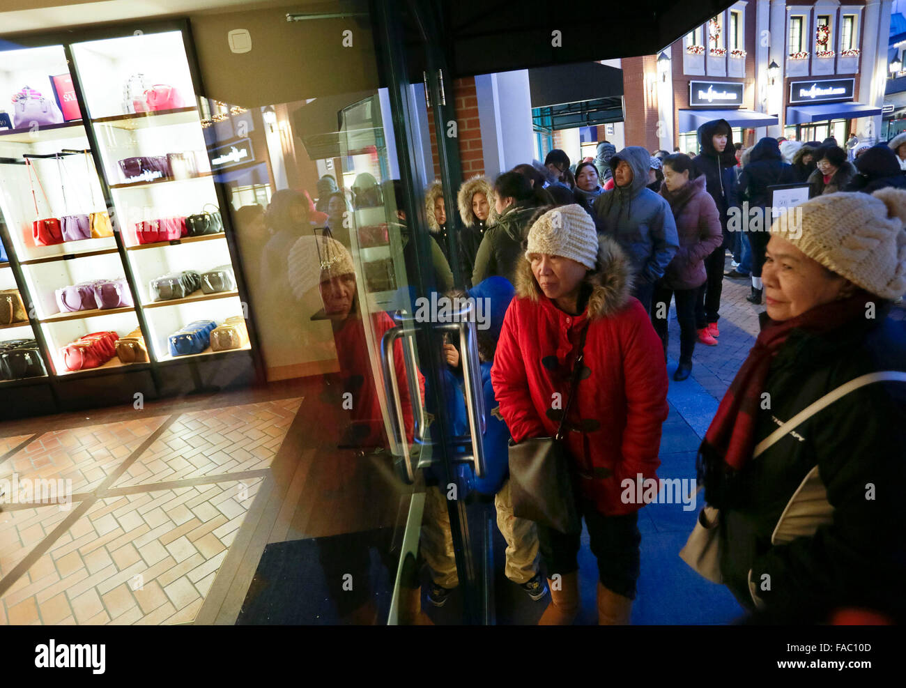 Vancouver, Canada. 26th Dec, 2015. Residents wait for a store opening during Boxing Day sales in Vancouver, Canada, - Stock Image