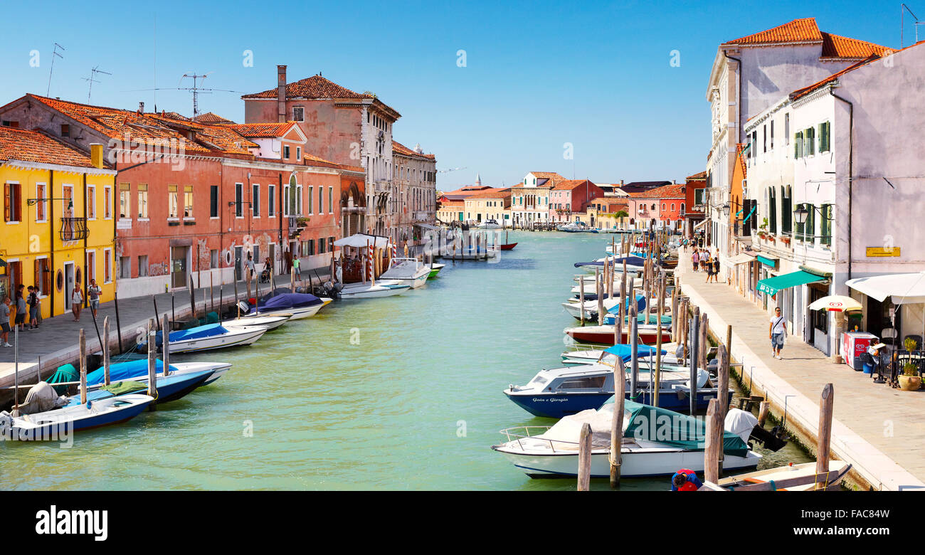Canal of Fondamente dei Vetrai with boats moored on quay and bridge over canal, Murano Lagoon Island, Veneto, UNESCO - Stock Image