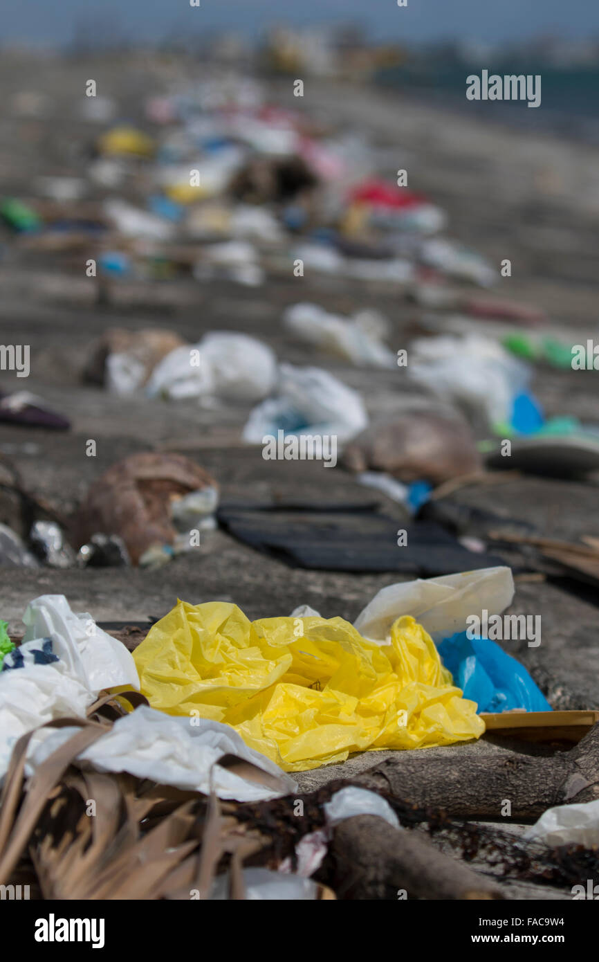 The receding tide leaves a thick line of mainly plastic garbage along the high tide mark near to the Port of Cebu,Philippines - Stock Image