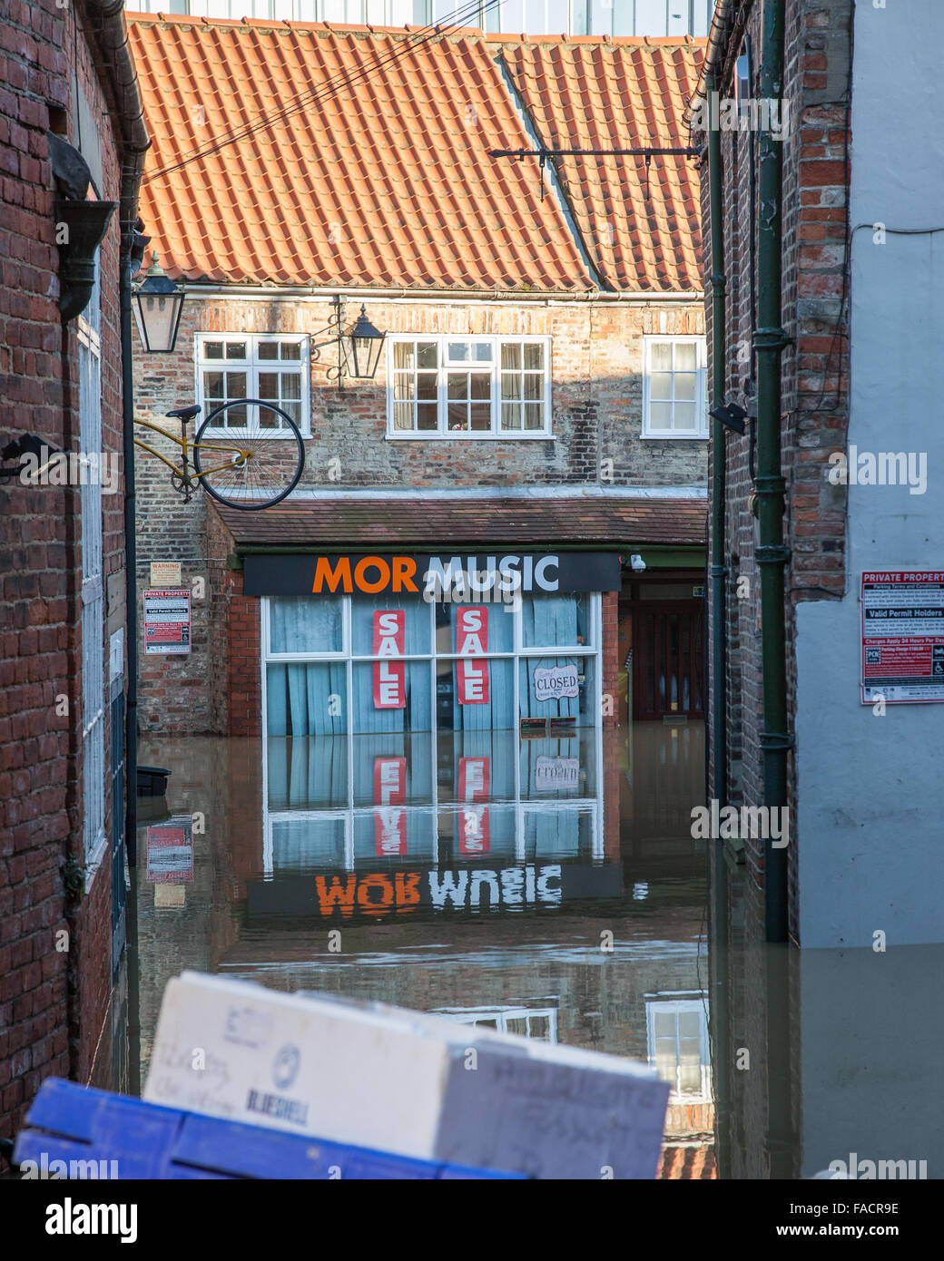 York floods, York, UK. Mor Music's shop underwater in Fossgate, York. - Stock Image