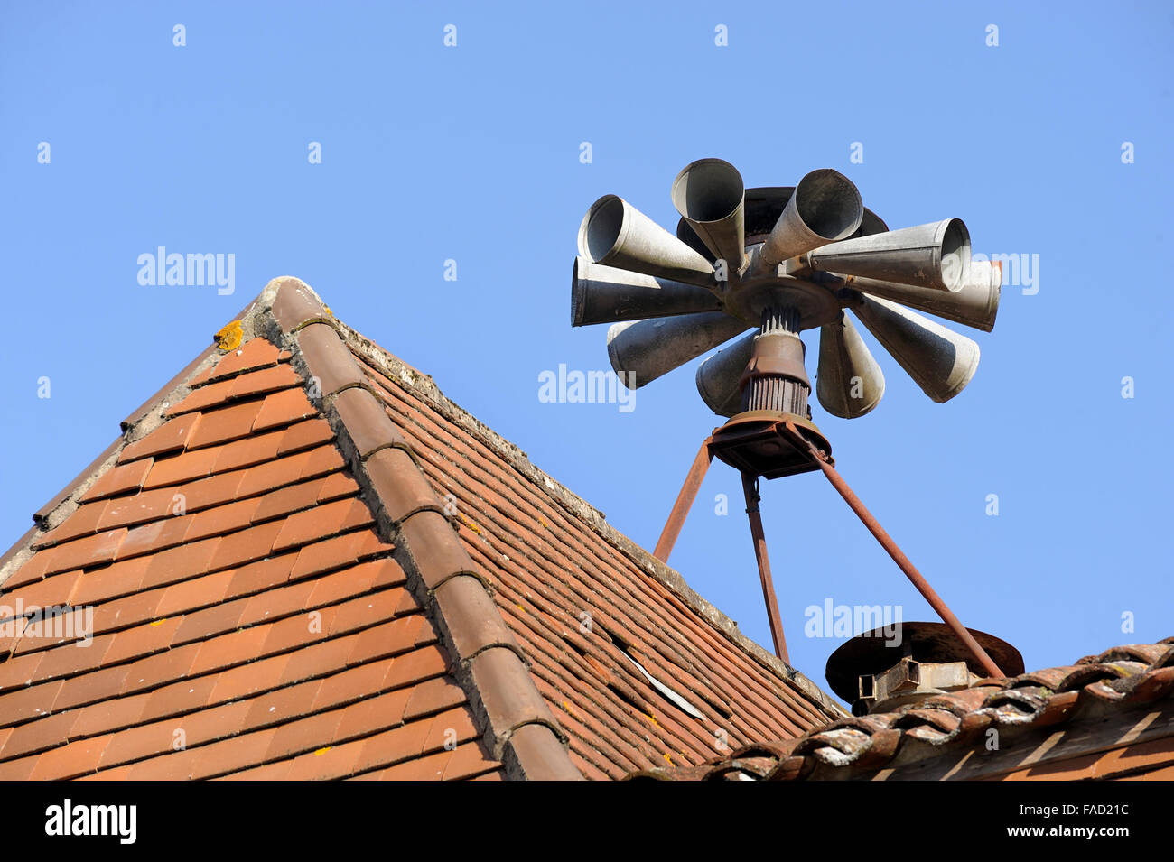 Siren at rooftop to inform public in dangerous situations - Stock Image