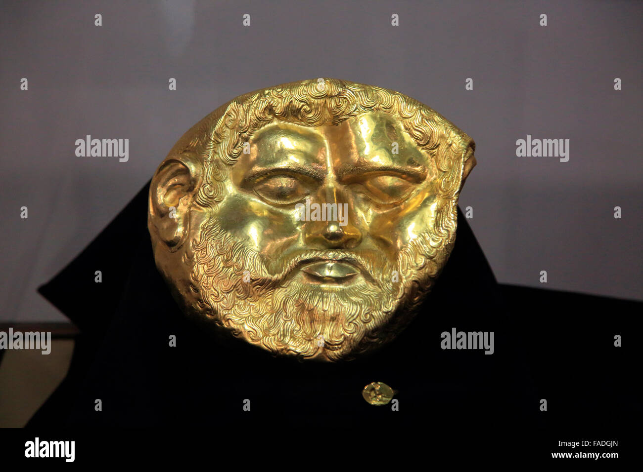 Gold mask of a Thracian king on display in Kazanlak museum, Bulgaria - Stock Image