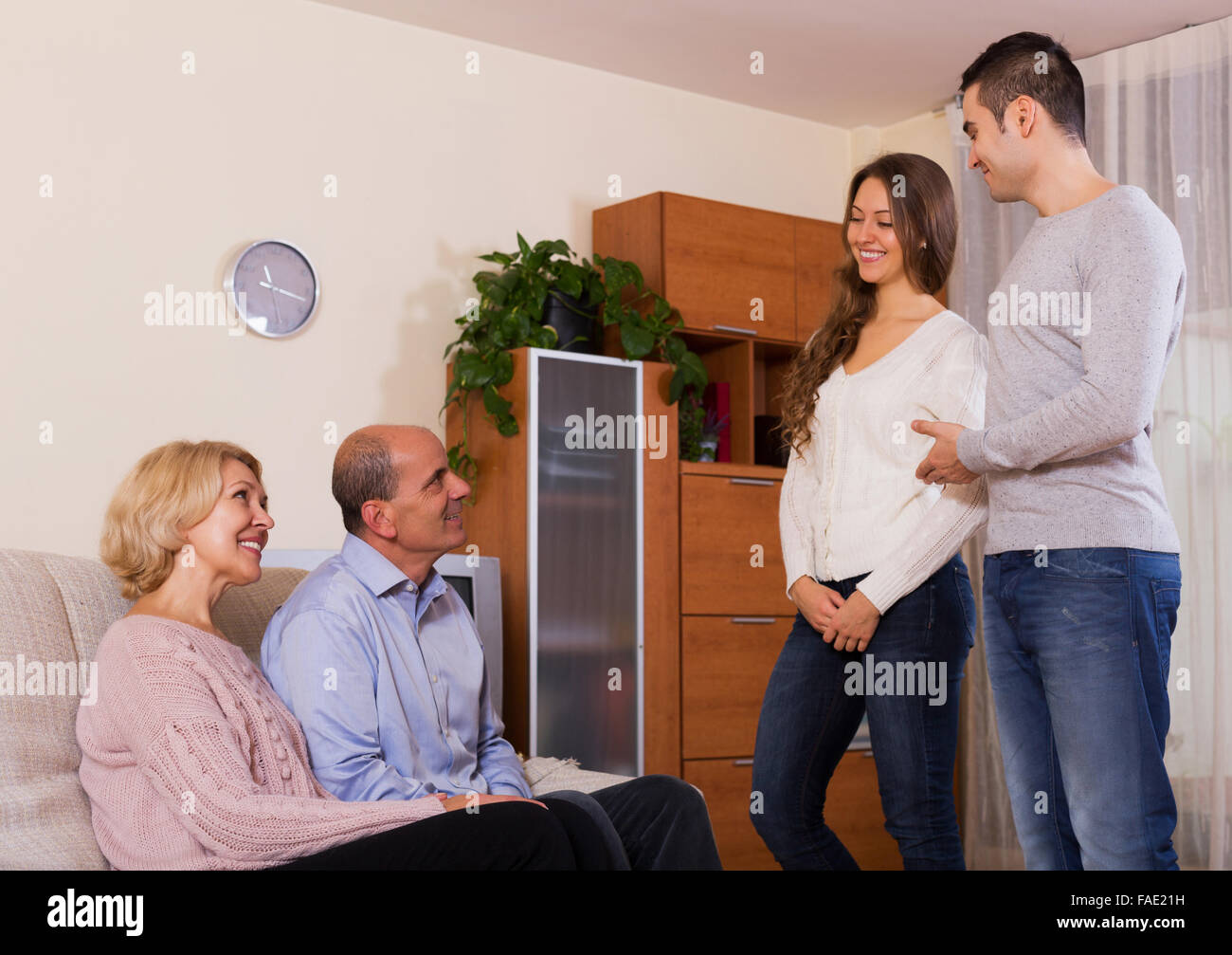 parents meeting girlfriend of their son in the everning - Stock Image