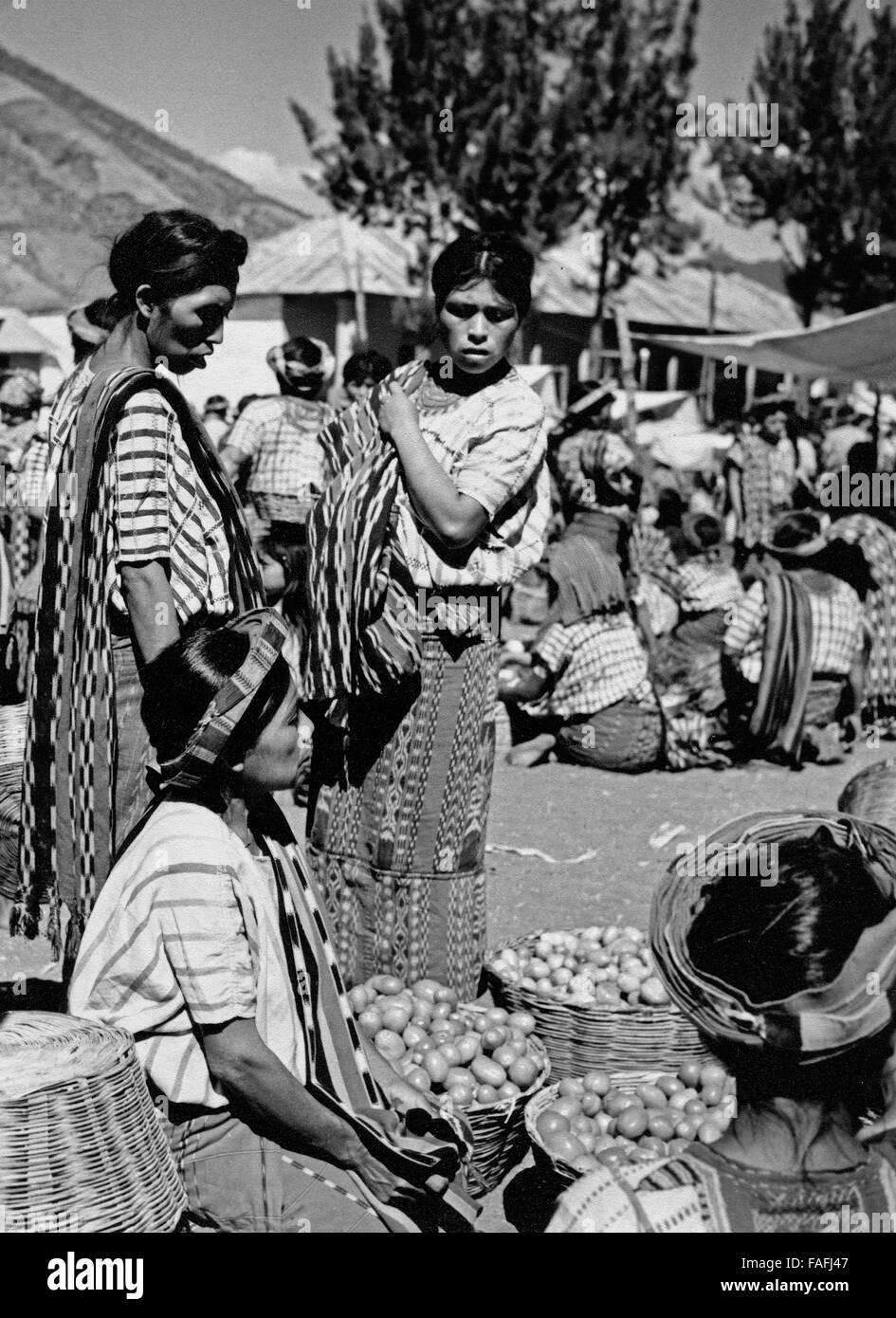 Frauen auf dem Markt in Santiago Atitlan, Guatemala 1970er Jahre. Women at the market of Santiago Atitlan, Guatemala - Stock Image