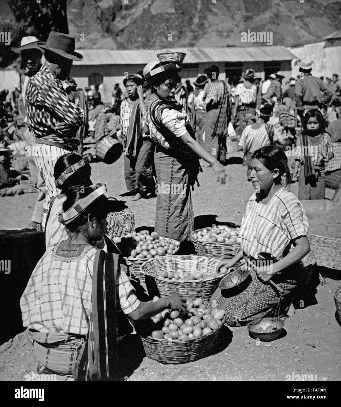 Männer auf dem Markt in Santiago Atitlan, Guatemala 1970er Jahre. People at Santiago Atitlan market, Guatemala - Stock Image