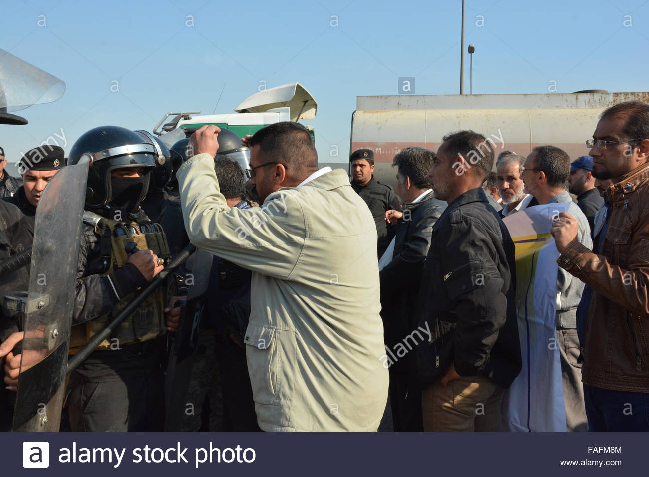 Baghdad, Iraq. December 29th, 2015. IRAQ, Baghdad: Demonstrators gather and confront police after planned government - Stock Image