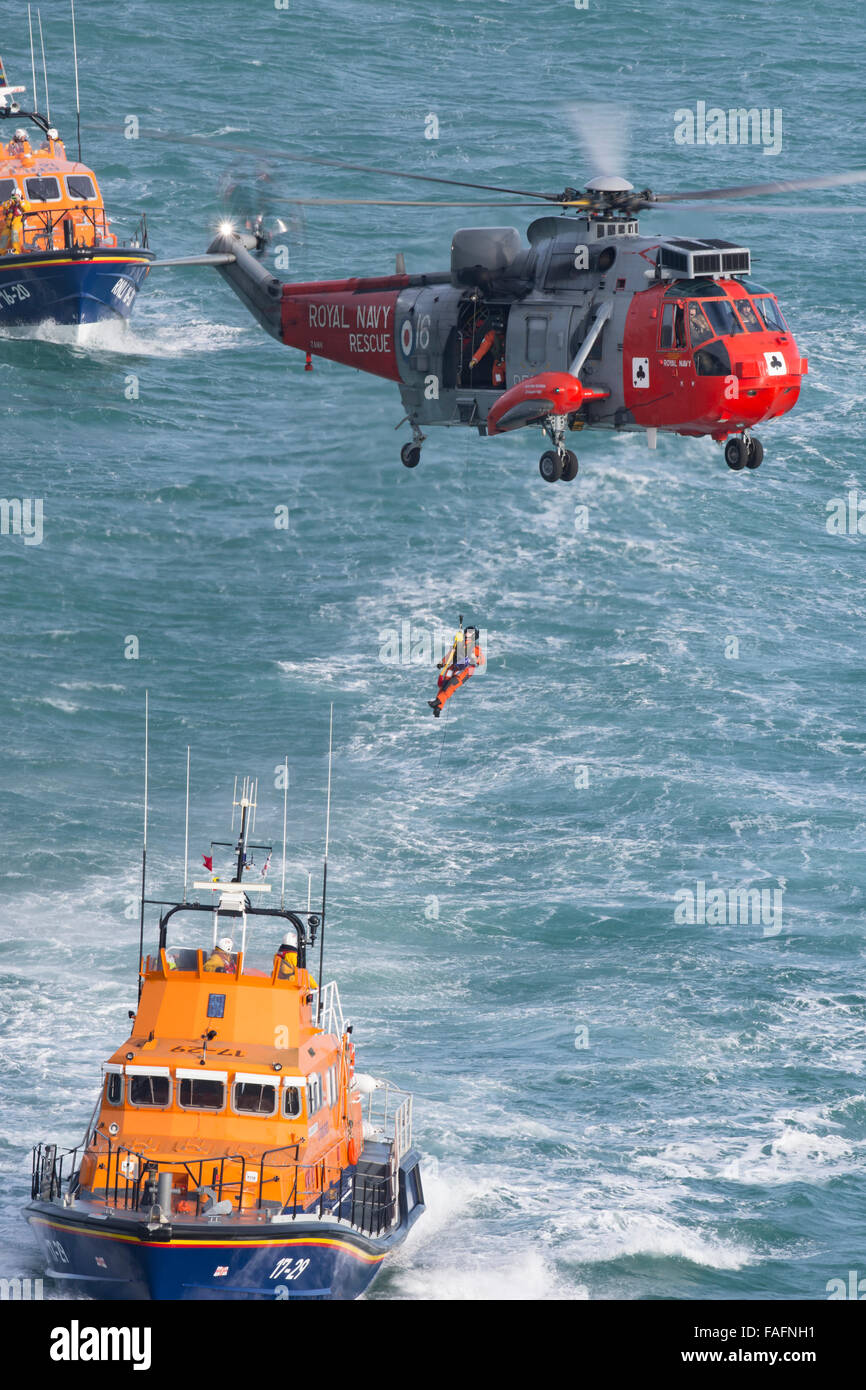 771 Sea King MK5 training with the RNLI - Stock Image