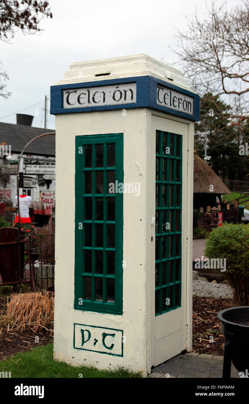 Vintage Irish telephone kiosk, Fitzpatricks Restaurant and Bar, Cooley Peninsula - Stock Image