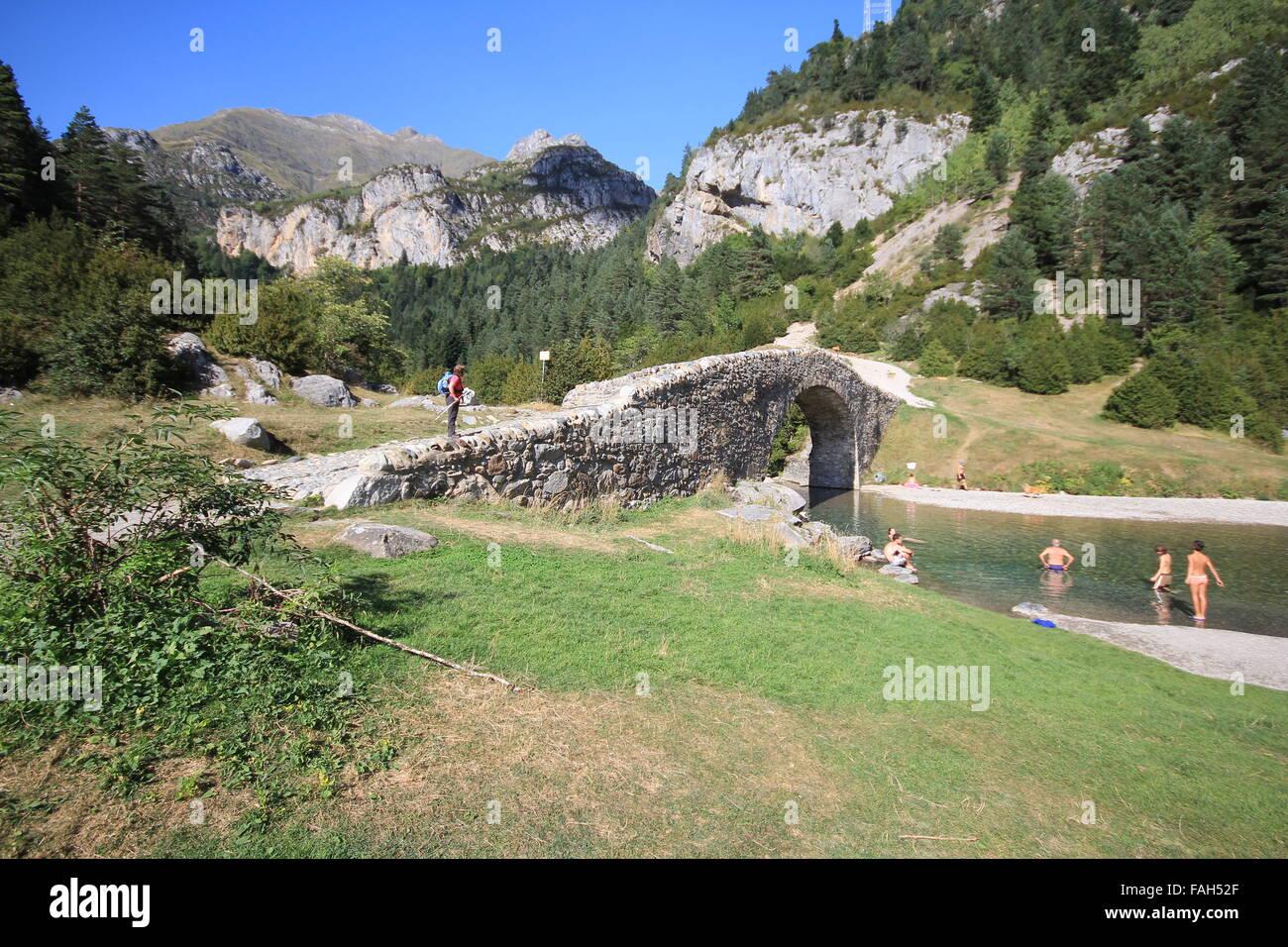 San Nicolas de Bujaruelo bridge in the Parque Nacional de Ordesa y Monte Perdido in the Pyrenees - Stock Image