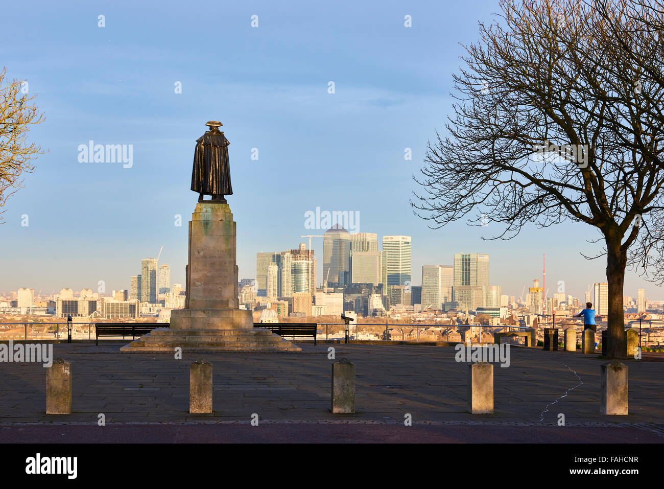 LONDON, UK - DECEMBER 28: Statue of James Wolfe at Greenwich viewpoint overlooking Canary Wharf bank buildings. - Stock Image