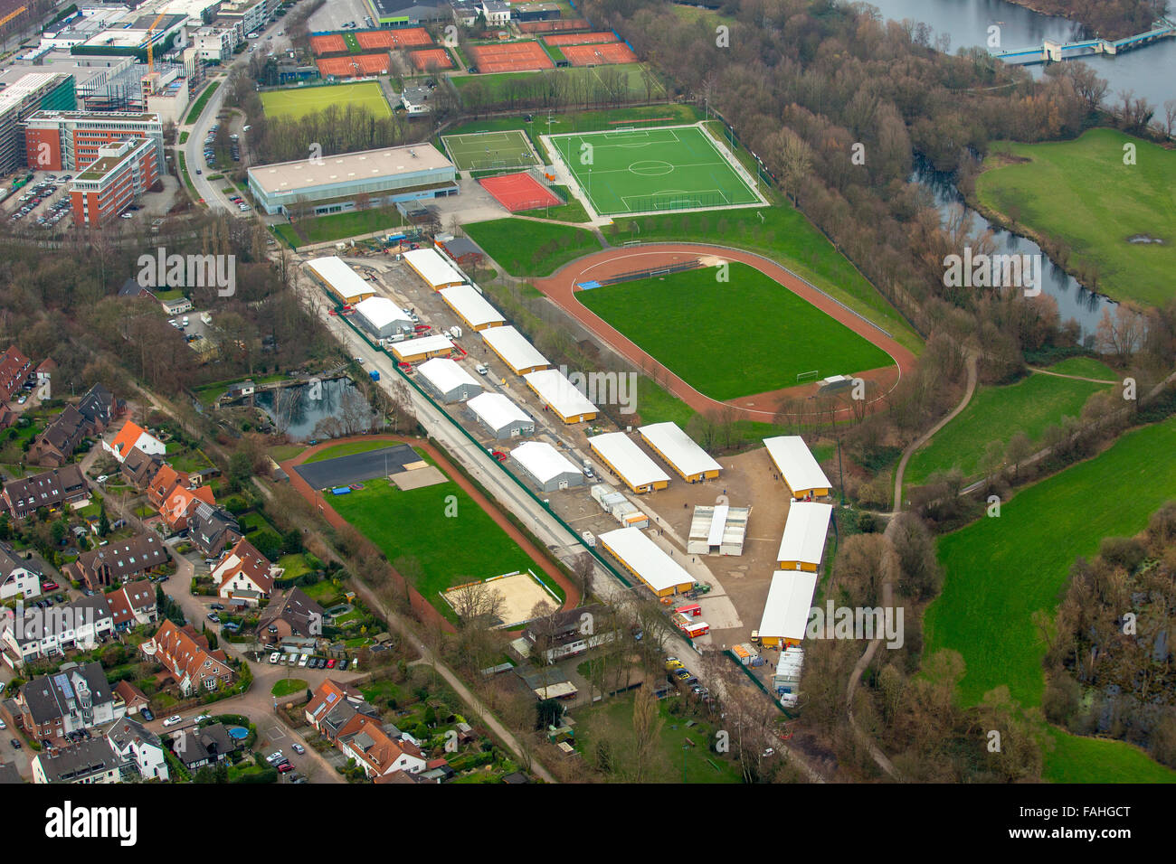 Recopilación de estudios sobre estatura media en Europa - Página 10 Aerial-view-refugee-shelters-refugee-crisis-refugee-houses-on-the-FAHGCT