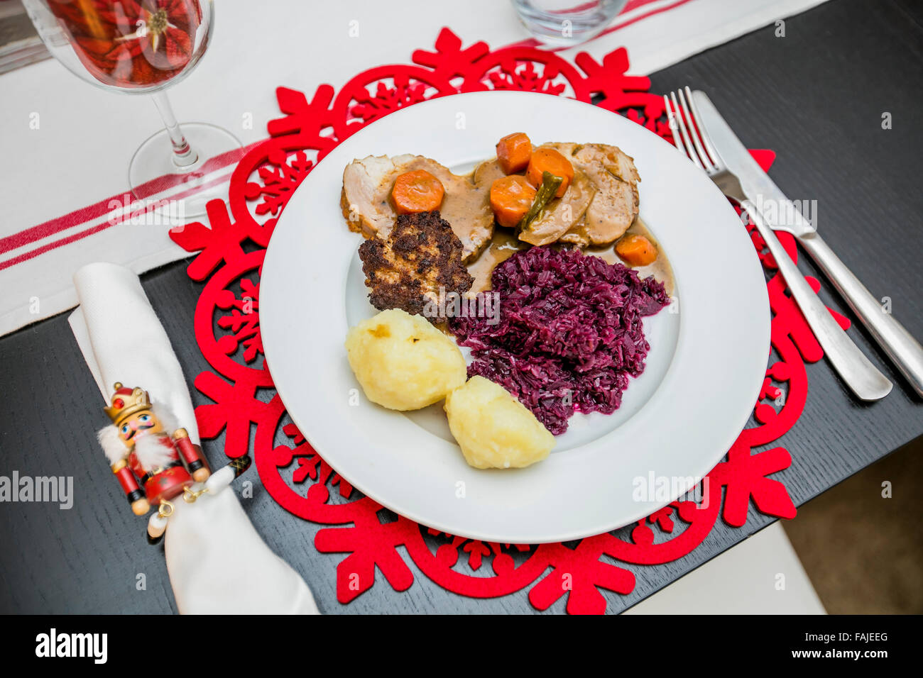 Decorated Christmas plate and table setting - Stock Image