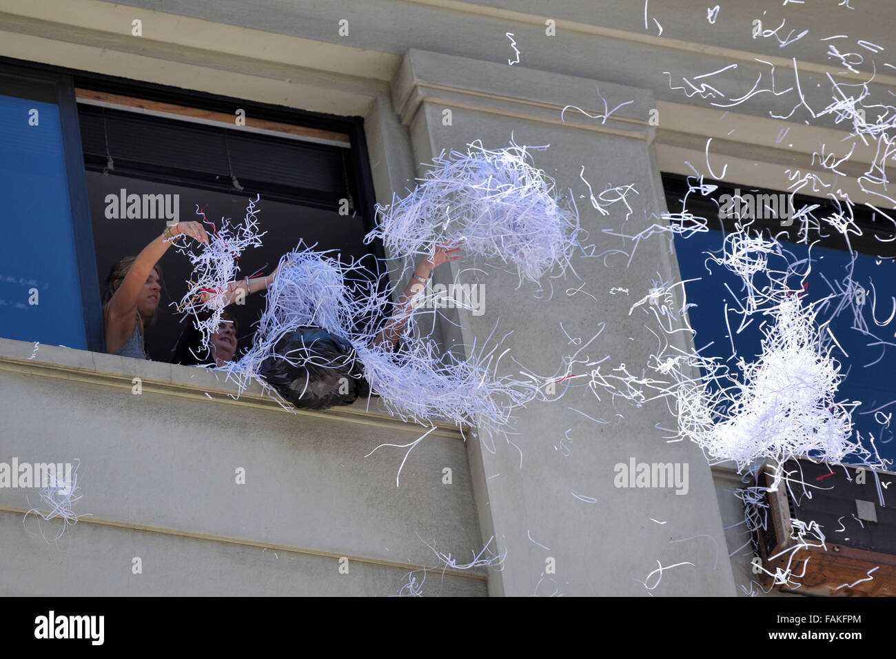 Montevideo, Uruguay. 31st Dec, 2015. Employees throw paper from a building, during the classical water fight and Stock Photo