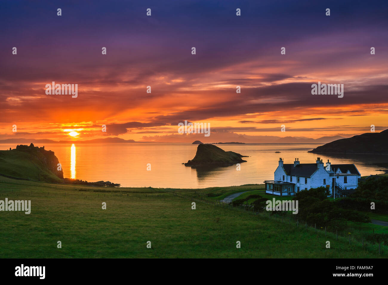 Sunset at Duntulm Castle and Duntulm hotel at the western part of the Isle of Skye in Scotland - Stock Image
