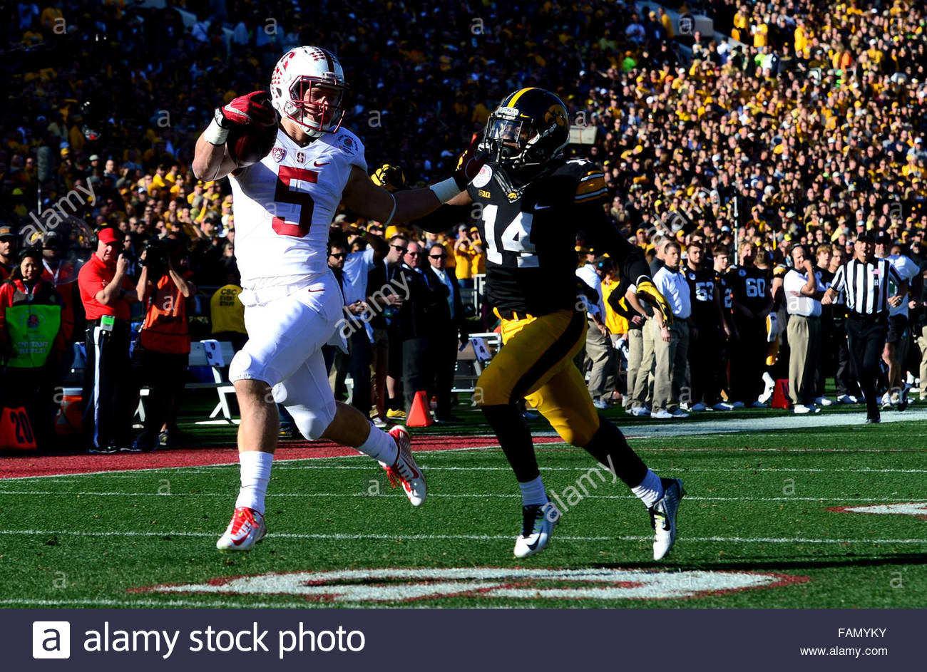 Pasadena, California, USA. 01st Jan, 2016. Stanford running back Christian McCaffrey (5) catches a pass for a 75 - Stock Image