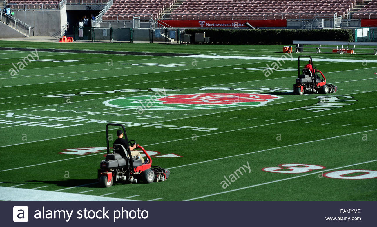 Pasadena, California, USA. 01st Jan, 2016. Grounds crew prepare the field prior to the 102nd Rose Bowl game between - Stock Image